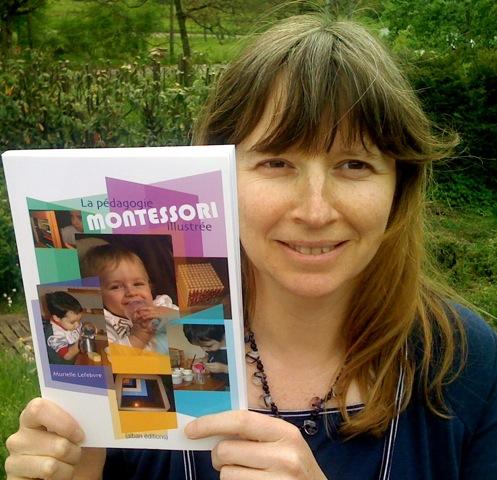 Murielle Lefebvre montrant son livre La Pédagogie Montessori Illustrée...